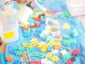 玩具を除菌している人