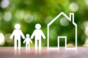 三体の人型の模型と家